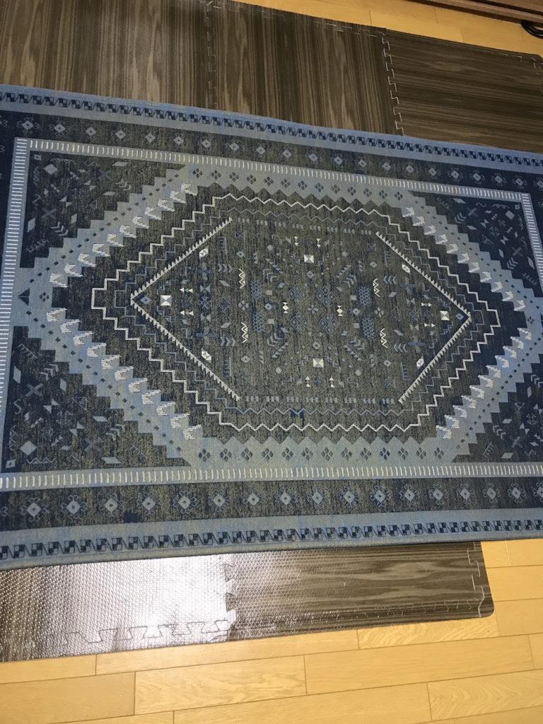 コストコのジョイントマットの上に絨毯を敷いたところ