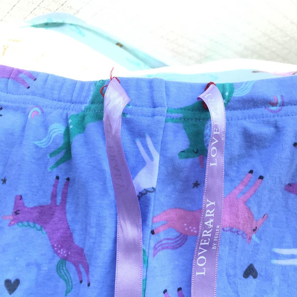 コストコのキッズパジャマのウエストにリボンを通してみた
