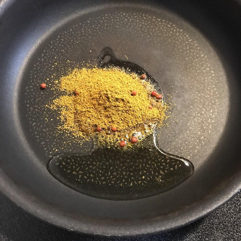 カレーの恩返しはまず油で炒めます
